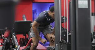 Um homem negro terminou fazer exercícios no simulador vídeos de arquivo