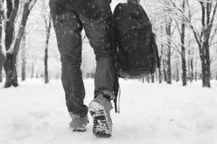 Um homem no inverno veste-se na rua fotografia de stock