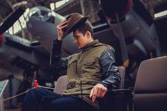 Um homem no museu dos aviões Fotografia de Stock