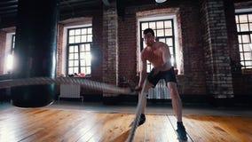 Um homem no treinamento Treinando suas m?os com batida das cordas vídeos de arquivo