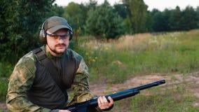 Um homem no uniforme militar com um tiro da arma vídeos de arquivo