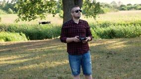 Um homem novo com um controlo a distância! video estoque
