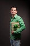 Um homem novo com um presente nas mãos fotografia de stock