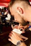 Um homem novo come o alimento em uma caixa fotografia de stock royalty free