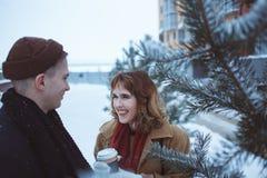 Um homem novo e uma menina que andam no campo e no riso de neve Foto de Stock