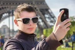 Um homem novo em Paris toma um selfie na frente do Imagem de Stock