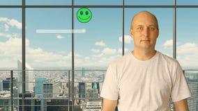 Um homem novo em um escritório vazio tira uma avaliação do serviço em uma tela virtual As emoções são mudadas de video estoque