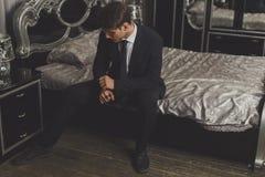 Um homem novo em um terno e em um laço clássicos Imagem de Stock