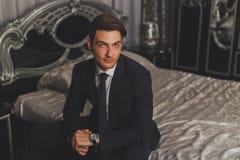 Um homem novo em um terno e em um laço clássicos Fotos de Stock Royalty Free
