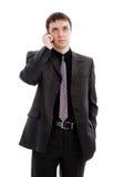 Um homem novo em um terno, falando no telefone. Fotos de Stock Royalty Free