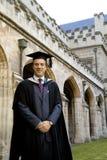 Um homem novo em um vestido da graduação. imagens de stock royalty free
