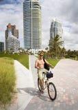 Um homem novo em uma bicicleta Fotografia de Stock