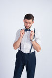 Um homem novo em uma camisa branca com um laço Fotos de Stock