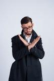 Um homem novo em uma proibição da capa de chuva mostra Fotografia de Stock Royalty Free