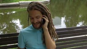 Um homem novo está chamando o telefone video estoque