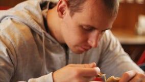 Um homem novo está no almoço do café video estoque