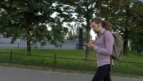 Um homem novo está procurando pelo endereço vídeos de arquivo