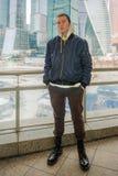 Um homem novo na roupa da cabeça-rapada no fundo de Mosc Imagens de Stock Royalty Free