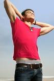 Um homem novo nas calças de brim e em uma camisa Foto de Stock Royalty Free