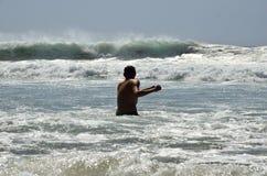 Um homem novo no oceano Fotografia de Stock