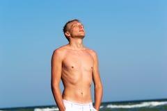 Um homem novo pelo mar Fotos de Stock Royalty Free