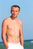 Um homem novo pelo mar Fotos de Stock