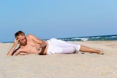 Um homem novo pelo mar Foto de Stock