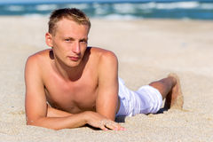 Um homem novo pelo mar Imagem de Stock Royalty Free