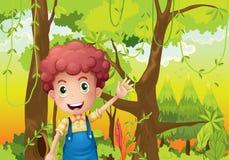 Um homem novo que acena sua mão no meio da floresta Imagem de Stock