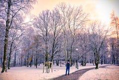 Um homem novo que anda no caminho entre a neve, Gothenburg, Suécia 201 fotografia de stock royalty free