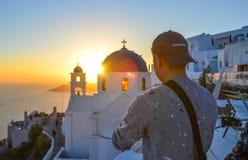 Um homem novo que aprecia na ilha de Santorini foto de stock