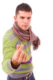 Um homem novo que faz o gesto com suas mãos Fotografia de Stock Royalty Free
