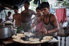 Um homem novo que faz o pão de Kati em Kolkata Imagem de Stock Royalty Free