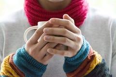 Um homem novo que guarda um copo do chá e do limão Frio, frio, doença imagens de stock