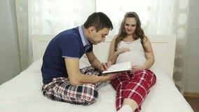 Um homem novo que lê um livro sua mulher gravida filme