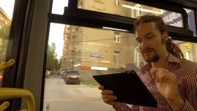 Um homem novo que monta um ônibus video estoque