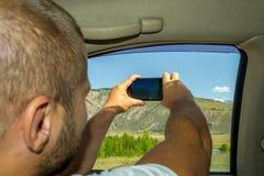 Um homem novo que puxa a mão peludo na janela imagem de stock