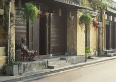 Um homem observa Hoi An no amanhecer fotos de stock royalty free