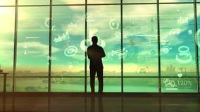 Um homem observa processos de negócios em infographic filme