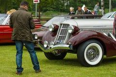Um homem olha o louco do volante 852 castanho-aloirado do carro do vintage fotos de stock