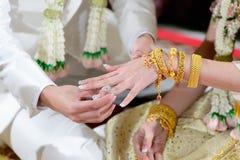 Um homem pôs sobre um anel de noivado sobre o dedo da noiva Fotos de Stock