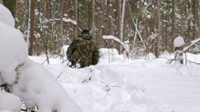 Um homem perdeu em uma floresta do inverno anda atrav?s da neve profunda, fraca video estoque