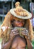 Um homem peruano que joga uma flauta da tubulação Fotos de Stock