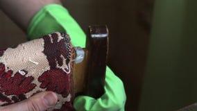 Um homem prepara uma colagem de cola Epoxy do dois-componente Cortes com uma faca uma quantidade igual de dois componentes para m filme