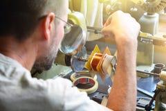 Um homem produzindo uma bobina de cobre elétrica para o transporte de alta tensão Imagens de Stock