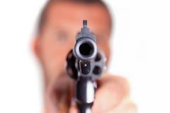 Um homem que aponta seu revólver da arma Imagens de Stock