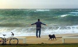 Um homem que aprecia o vento do mar tormentoso de Theseus imagem de stock