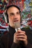 Um homem que canta Fotos de Stock