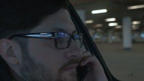 Um homem que conduz o carro no estacionamento do undergroung Fim acima Fundo de Bokeh vídeos de arquivo