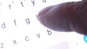 Um homem que datilografa em um smartphone do tela táctil filme